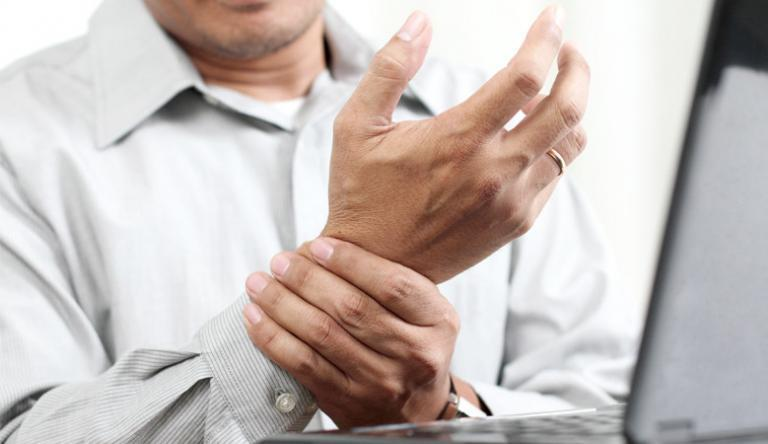 kukoricakezelés az ujjak között